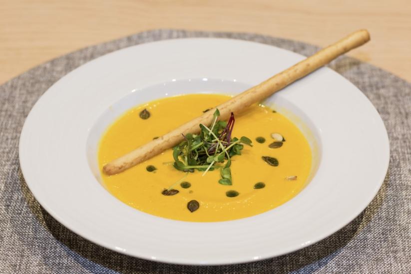 Pumpapurésoppa med ingefära, grissini, örtolja