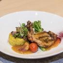 Кукурузный цыпленок на гриле, полента, овощное рагу, абрикосовый соус