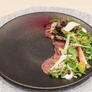 Naudanliha-carpaccio, salaattisekoitus, granaattiomenaa, puolukkatahnaa