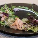 Kylmäsavustettua lohta, parsaa, limettimarmeladia, sinappitahnaa